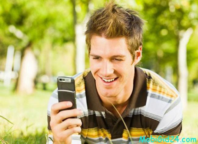 молодой человек и телефон