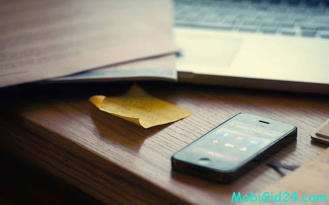 телефон на столе